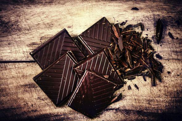 Chocolate negro. Este pequeño placer dulce puede ayudar a mantene...