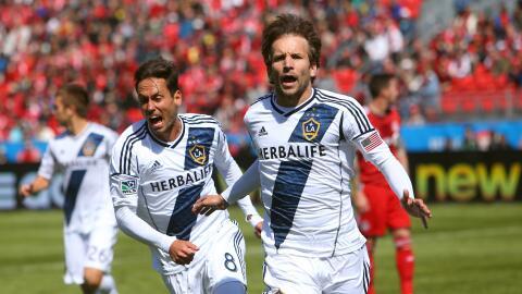 Mike Magee celebra gol con LA Galaxy