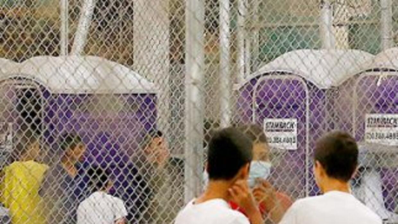 Niños indocumentados en un centro de detención de la Patrulla Fronteriza...