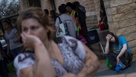 Melanie Starnauld y su hijo Mathew esperan ser evacuados en Rockport, Te...