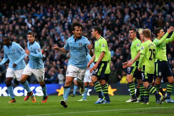 Silva hizo el primer gol para el City, nuevo líder de la Premier, pero s...