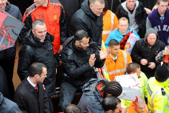 Futbolistas como Ryan Giggs aplaudían a la gente por todo el apoyo y car...