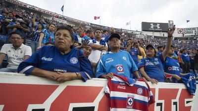 Cruz Azul despidió a su estadio con 27 mil aficionados en las gradas.