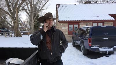 Ryan Bundy habla por teléfono en el refugio nacional de vida silvestre M...