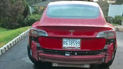 Tesla Model 3 pierde parachoques después de un aguacero