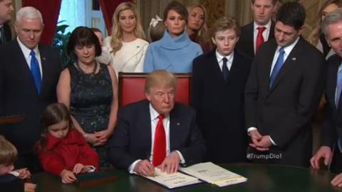 Donald Trump firma en el Capitolio sus primeros documentos como presidente