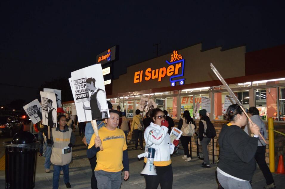 Los manifestantes se apostaron afuera de El Super ubicado en la avenida...