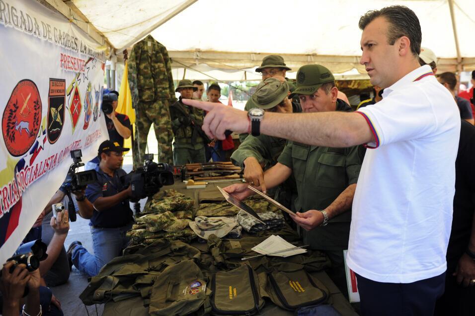 Tareck El Aissami muestra a los medios material confiscado en un laborat...