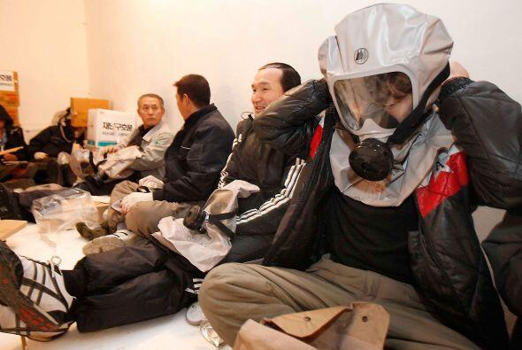 Algunos residentes de Corea del Sur comprobaron si las máscaras d...