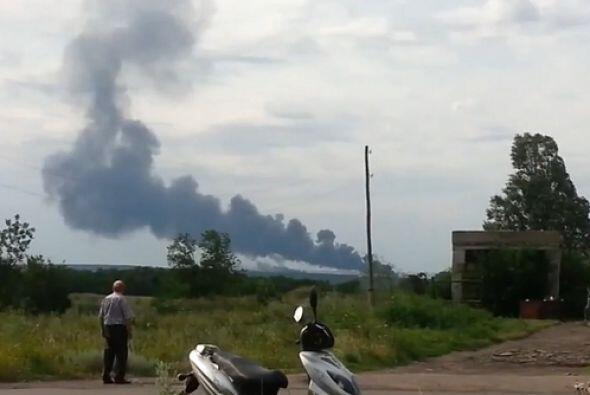 Columnas de humo negro se levantaron cerca de un pueblo controlado por l...