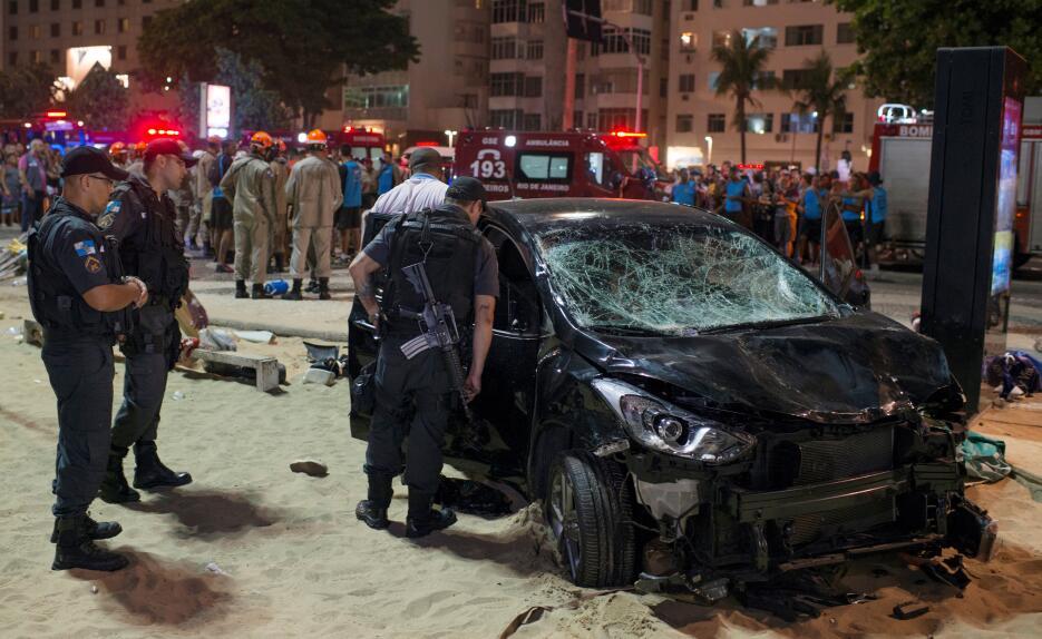 Vehículo arrolla a transeuntes en la playa de Copacabana 2018-01-19t0124...