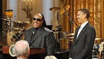 El gran Stevie Wonder le cantó al presidente y su esposa, Michelle, en l...
