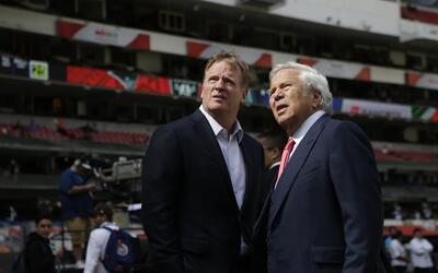 Roger Goodell junto a Robert Kraft de los Patriots en el Estadio Azteca.