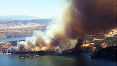 Incendio en el lago de Castaic ha arrasado más de 800 acres.