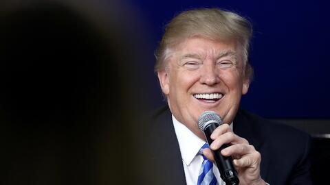 """Donald Trump sonríe al respoder a una pregunta durante el """"t..."""
