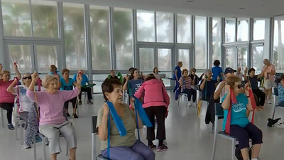 Señoraas mayores haciendo ejercicio