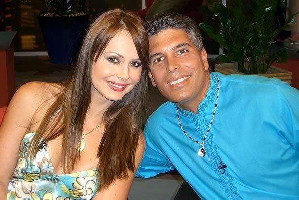 El mentalista Carlos Flores al lado de la bella Gaby Spanic.