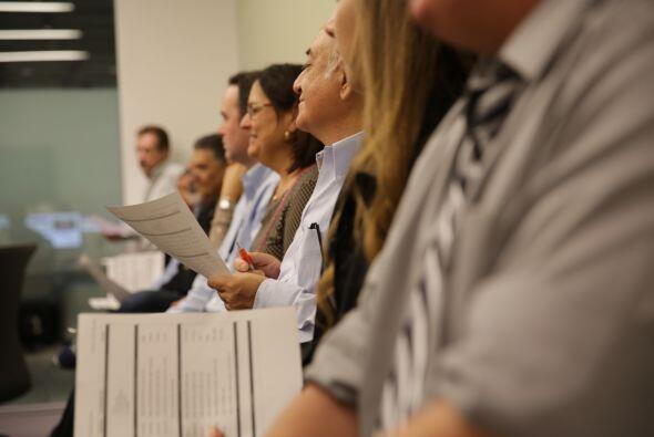 El equipo de productores de Noticias Univision, durante su reunión edito...