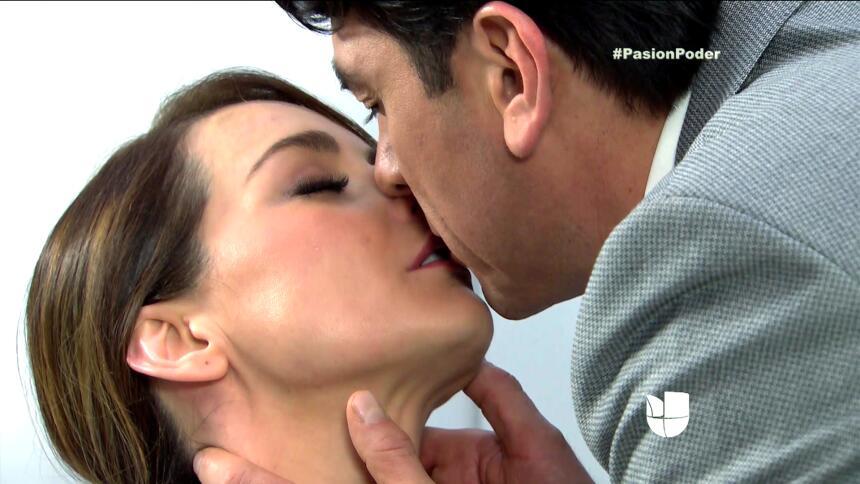 ¡Julia y Arturo se pusieron muy románticos! 7B8E6E9C56674BC28FCC4764DA53...