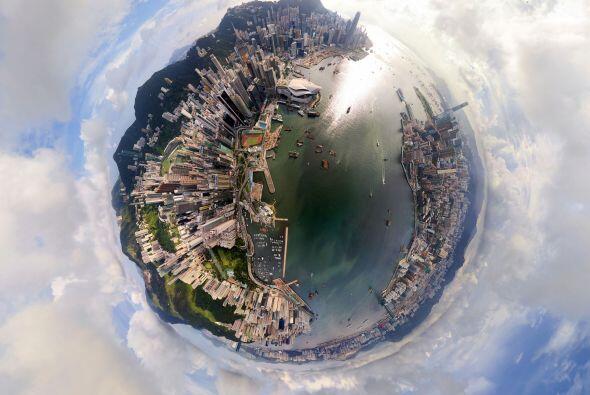Mira todos los edificios en el horizonte de Hong Kong, China.