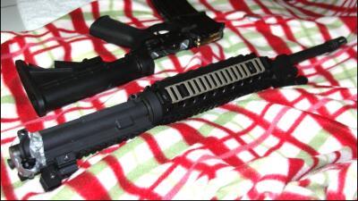 Algunas de las armas que las autoridades le decomisaron a un pandillero...