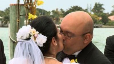 Israel y Magda se besan en su renovación de votos.