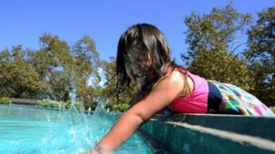 Una niña se refresa en el Griffith Park de Los Ángeles. La temperatura l...