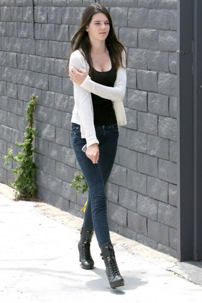 Súper natural: botines de tacón estilo militar, 'jeans', blusa y 'blazer...