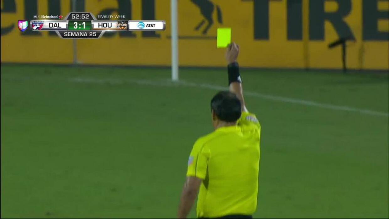 Tarjeta amarilla. El árbitro amonesta a Tesho Akindele de FC Dallas
