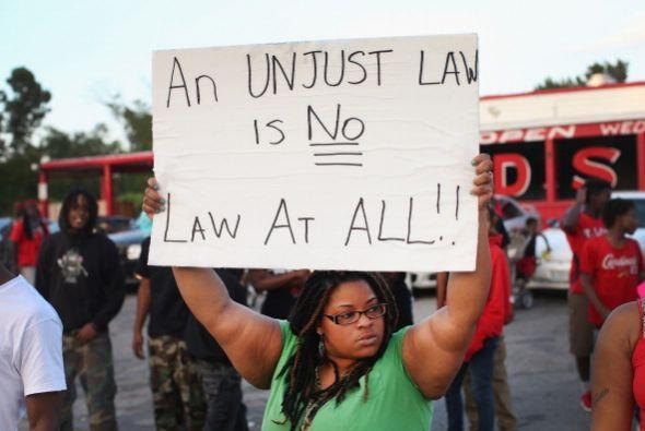 Los habitantes de Ferguson, Misuri, se enfrentaron a la policía por que...