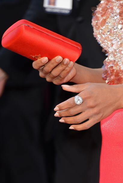 La bolsa roja  de Prada contrastaba a la perfección con su vestido.