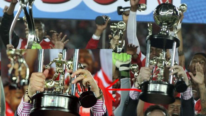 El equipo colombiano que ganó el campeonato recibió el troifeo equivocado.