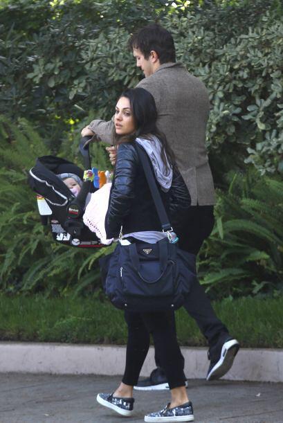 Ashton Kutcher y Mila Kunis llevaron de paseo a su hijita Wyatt.