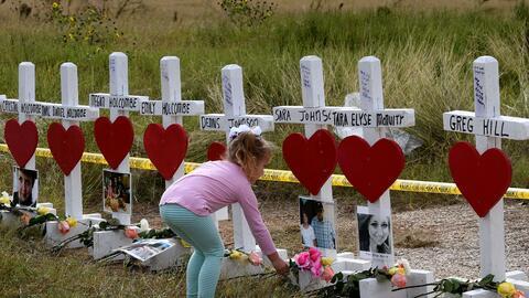 Cruces que recuerdan las víctimas mortales del tiroteo masivo en...