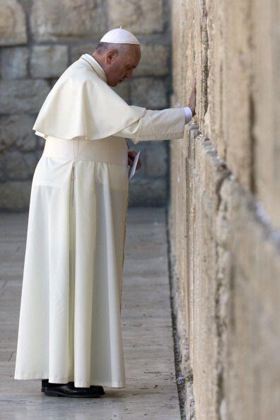 Lugar más sagrado del judaísmo, al que Francisco se acercó para deposita...