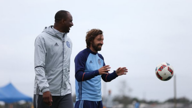 Andrea Pirlo sonríe junto a Patrick Vieira en entrenamiento