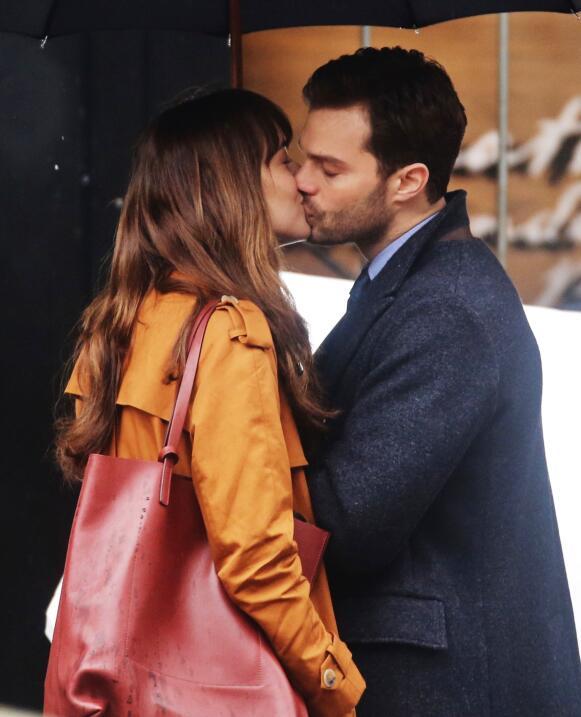 Dakota Johnson y  Jamie Dornan se agarran a besos en el set de la secuela.