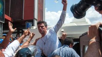 El opositor, Leopoldo López, durante la manifestación el día que se entr...