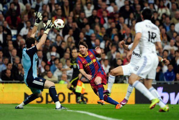 La primera oportunidad del Barcelona llegó pronto en el primer tiempo. F...