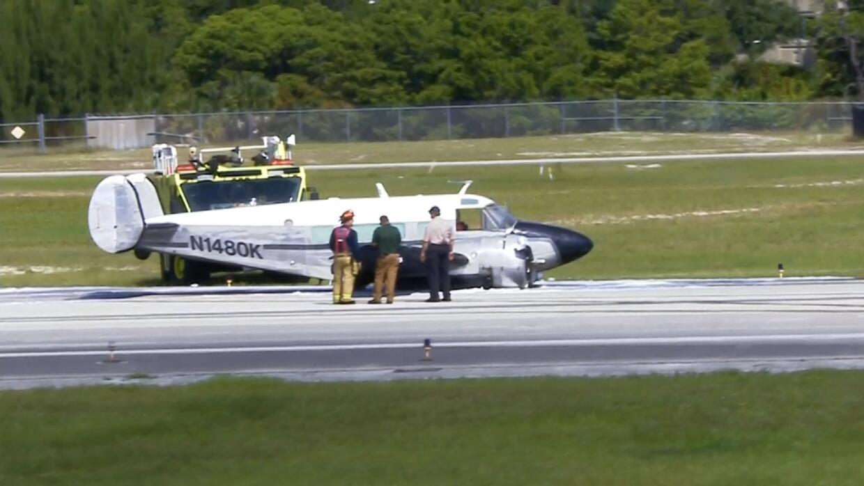 Avioneta se incendia en aeropuerto de Fort Lauderdale tras aterrizaje fo...