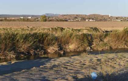 <b>El Río Grande (o Río Bravo).</b> Desde Ciudad Juárez hasta salida al mar en el Golfo de México, la línea divisoria la establece el Río Grande, o Río Bravo, que nace en Colorado, Estados Unidos. La fotografía es de una parte del río, sin barreras de ningún tipo, en Ojinaga, México.