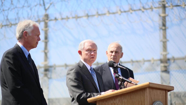 Jeff Sessions hablando centro de detención de inmigrantes Brown Field al...