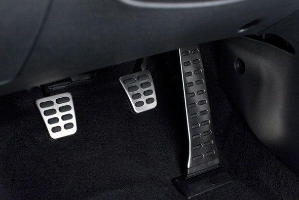 Tiene detalles deportivos como los pedales de aluminio.