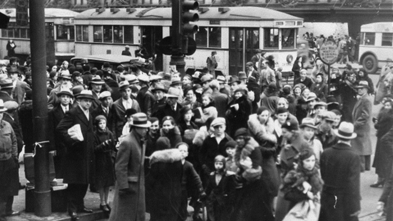 Compradores y tranvías fuera de la tienda Hudson's de Detroit.