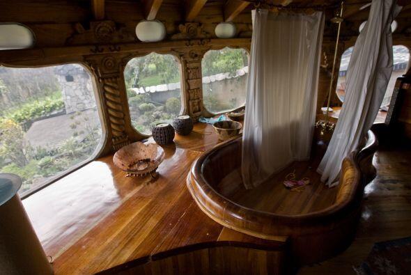 En una de las habitaciones existe un jacuzzi hecho todo de madera, al ig...