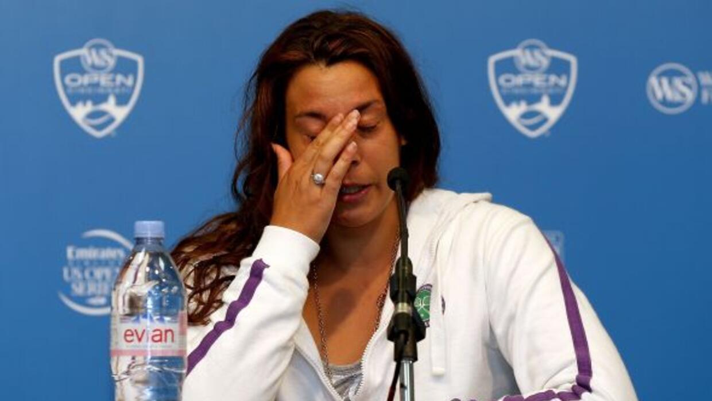 La francesa no pudo contener el llanto durante la conferencia de prensa...