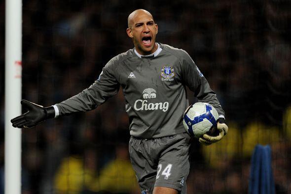 El guardameta Tim Howard de 31 años de edad juega en el Everton i...