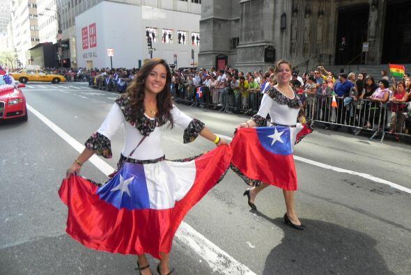 Familias hispanas desfilan por la 5ta Avenida 6b9b368be129436e99dd93f0a1...