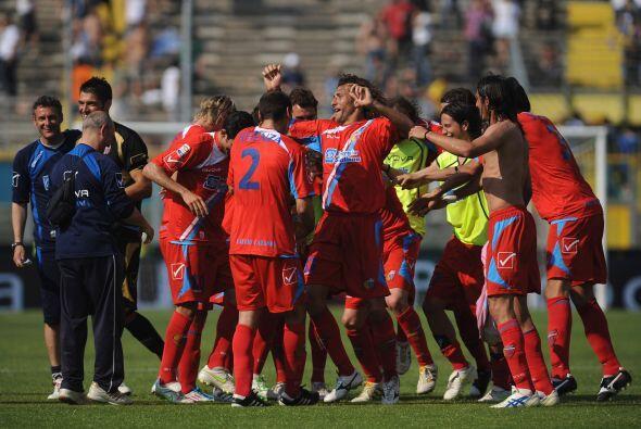 El Catania celebró con todo el triunfo ya que con 43 unidades está en el...