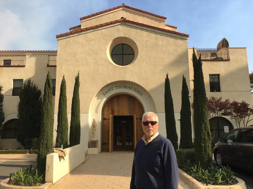 Michael McLean frente al colegio Thomas Aquinas, que resultó ileso tras...